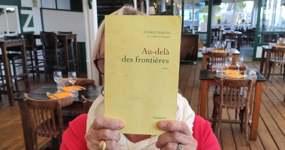 """Couverture du livre """"Au-delà des Frontières"""""""